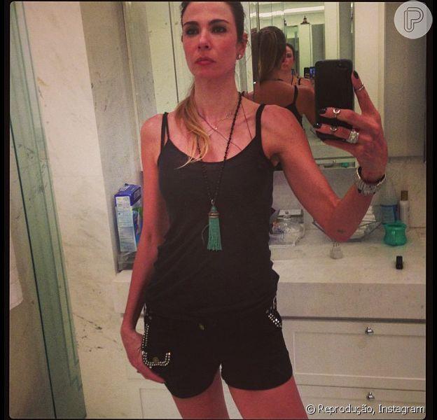 Luciana Gimenez posta nova foto exibindo a silhueta magra, após ter dois filhos, em rede social, em março de 2013