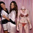 Alessandra Ambrosio e Adriana Lima se preparam para o desfile da Victoria's Secret Fashion Show, em 2 de dezembro de 2014