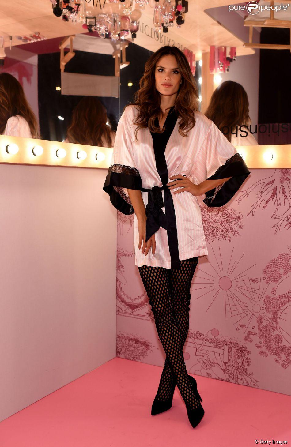 Alessandra Ambrosio se prepara para o desfile da Victoria's Secret Fashion Show, em 2 de dezembro de 2014