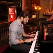 Klebber Toledo toca piano em lançamento de CD com presença de Jéssika Alves