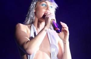 Miley Cyrus usa look ousado e deixa seios à mostra em show nos EUA
