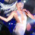Miley Cyrus deixa tatuagem à mostra durante show