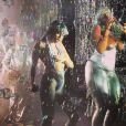 Miley Cyrus rebola com dançarina em show