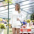 Flávia Alessandra apresentou um evento e optou por um look branco com shortinho, que deixava suas pernas à mostra