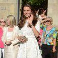 Durante passagem pela Austrália, Kate Middleton optou por um vestido branco em bordado inglês, levemente rodado, com a cintura bem marcada e mangas 3/4