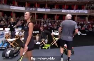 Elton John cai da cadeira ao vivo durante partida de tênis em Londres