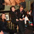 Elton John se diverte durante partida de tênis beneficente