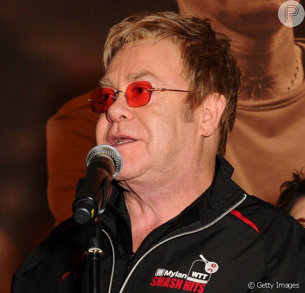 Elton John participa de partida de tênis beneficente e leva tombo, em 7 de dezembro de 2014