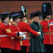 Grávida, Kate Middleton prende sapato em cerimônia e revela que quer ter menino
