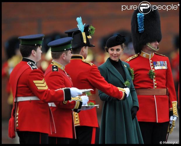 Kate Middleton participou da parada do Dia de São Patrício realizada pelo 1º Batalhão da Guarda Irlandesa, em Mons Barracks em Aldershot, no sul da Inglaterra, no domingo, 17 de março de 2013
