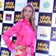 Luana optou por usar na pré-estreia uma blusa pink e saia floral