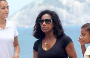 Glória Maria exibe boa forma em passeio com as filhas, Laura e Maria, no Rio