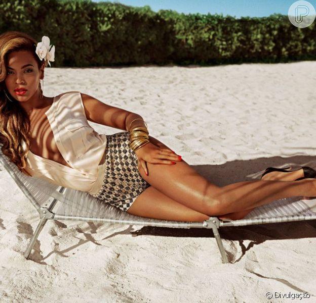 Beyoncé posa de shortinho e blusa aberta em praia do Nassau, nas Bahamas, para a nova campanha da H&M, em 21 de março de 2013