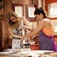 Juliana Paes prepara receita de bacalhau com Angélica