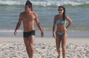 Paloma Bernardi e Thiago Martins mostram boa forma em tarde de praia no Rio