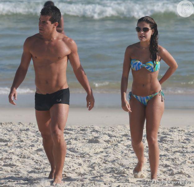 Paloma Bernardi e o namorado, Thiago Martins, curtem tarde de praia no Rio, nesta quinta-feira, 18 de dezembro de 2014