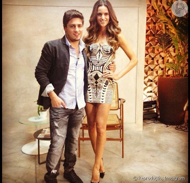 Daniel Rocha publicou uma foto ao lado da modelo Izabel Goulart, nesta segunda-feira, 26 de novembro de 2012. A diferença de altura dos dois é nítida
