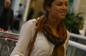Grazi Massafera é flagrada sozinha e com visual estiloso em aeroporto no Rio