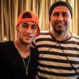 Neymar posa com o diretor de 'Amor à Vida', Mauro Mendonça Filho, durante a gravação de sua participação na novela em um quarto de hotel de Santos