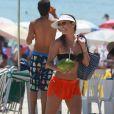 Deborah Secco curte a praia da Barra da Tijuca, na Zona Oeste do Rio de Janeiro, em 2 de janeiro de 2015