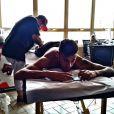 Neymar aproveitou passagem pelo Brasil para fazer mais uma tatuagem