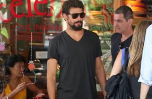 Cauã Reymond, barbudo, almoça no Rio, após passar Réveillon com Grazi Massafera