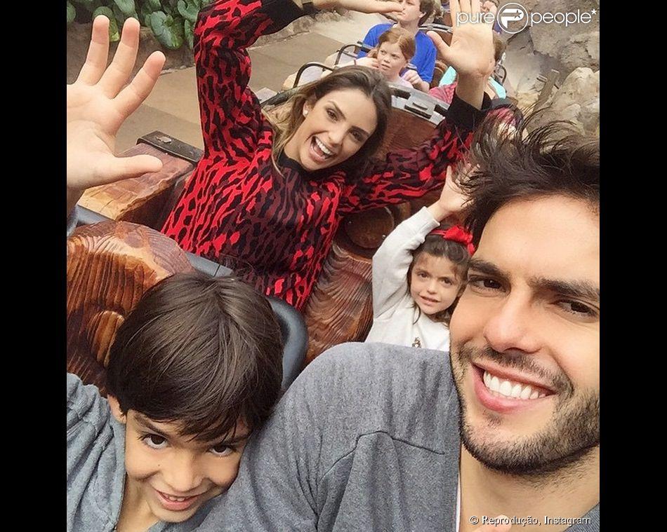 1b4d811eaa2c7 Carol Celico e Kaká aproveitam passeio na Disney ao lado dos filhos ...