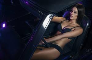 Carol Castro mostra corpo escultural ao posar de lingerie em carro vintage