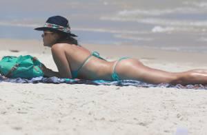 Christine Fernandes usa biquíni e mostra boa forma aos 46 anos em dia de praia