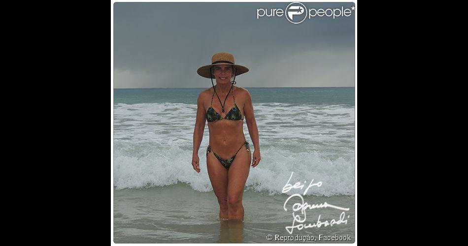 Bruna Lombardi, aos 62 anos, impressionou ao aparecer de biquíni em uma foto postada na sua conta do Facebook