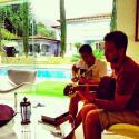 Enzo, filho de Claudia Raia e Edson Celulari, mostra talento no violão