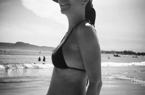 Flávia Monteiro, grávida aos 42 anos, exibe barriga de quatro meses em praia