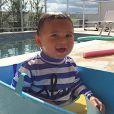 Marinheiro, quem te ensinou a nadar? Zion está lindo com essa roupinha. Olha que sorriso mais delicioso!