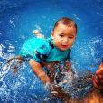 Zion e sua primeira roupinha de surfista. Um charme!