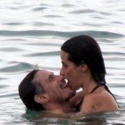 Enrique Diaz, par de Paolla Oliveira na TV, troca beijos com a mulher em praia