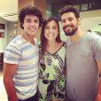 Em 'Dois Irmãos', os gêmeos protagonistas da história serão vividos por Matheus Abreu (1ª fase) e Cauã Reymond (2ª fase). Na foto, os atores com a cenógrafa Janaína Marchioro
