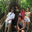 Juliana Paes posa com Antonio Calloni, Eliane Giardini, Gabriella Mustafa e Matheus Abreu na cidade de Itacoatiara, no Amazonas