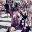 Monique Evans também apostou em uma microfantasia para o Carnaval de 1985. Neste ano, ela desfilou com estrelas nos seios e uma armação no corpo pela Mocidade Independente de Padre Miguel