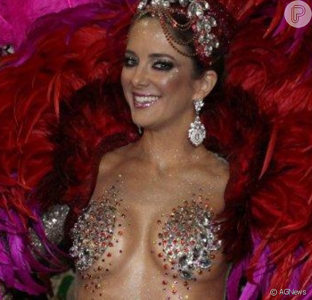Ticiane surpreendeu ao aparecer na Sapucaí com uma microfantasia no desfile da Vila Isabel, em 2014. O corpo da apresentadora ficou todo à mostra e exibiu a barriga torneada