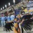 Sem costeiro, Sabrina Sato exibiu o corpo inteiro durante o desfile da Vila Isabel