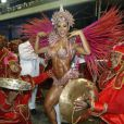 Graccyanne Barbosa apostou em uma uma fantasia minúscula e cheia de cristais no Carnaval de 2013