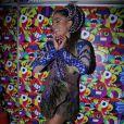 No agitado circuito Barra-Ondina, Anitta se diverte e canta sucesso em sua estreia no Carnaval de Salvador