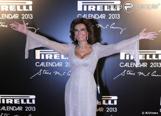Sophia Loren brilha no tapete vermelho do evento de lançamento do Calendário Pirelli 2013, em novembro de 2012