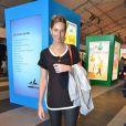 Mariana Weickert escolheu um look todo preto composto por uma calça justinha de couro e uma blusa com detalhes brancos para ir ao Fashion Rio