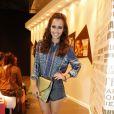 Maytê Piragibe escolheu um short jeans, uma blusa de seda estampada e uma clutch verde para assistir o desfile da Iódice, na primeira fila, no segundo dia do Fashion Rio