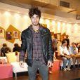 Pablo Morais, que está no elenco de 'Sangue Bom', circulou pelos corredores do Fashion Rio no segundo dia do evento