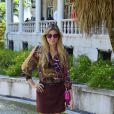 Ellen Jabour escolheu um saia vinho e uma blusa animal print rosa para o desfile da Blue Man, no Palácio São Clemente, no segundo dia de Fashion Rio