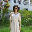 Tainá Müller escolheu um vestido midi com recortes para assistir ao desfile da Blue Man, no Palácio São Clemente
