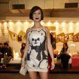 A apresentadora Maria Paula escolheu um vestido de paetê com estampa de urso para o terceiro dia do Fasion Rio