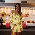 Flávia Sampaio, mulher de Eike Batista, circulou pelos corredores do Fashion Rio, no último dia do evento. A empresária escolheu um vestido de seda amarelo que realçou seu tom de pele e marcou a barriguinha de sete meses de gestação